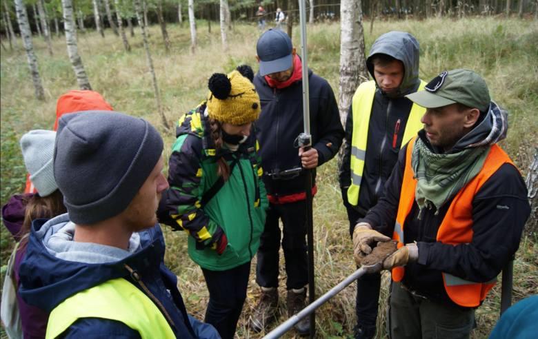 Studenci Akademii Górniczo-Hutniczej w Krakowie poznają tajniki pracy archeologa w trakcie obozu naukowego w Borach Tucholskich