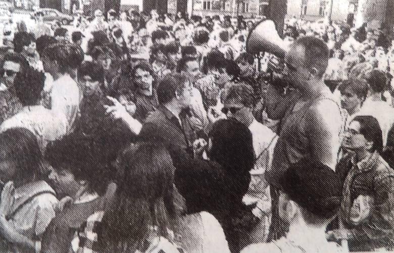 Bydgoscy abiturienci usiedli w przeddzień matur na jezdni, tarasując ulicę Jagiellońską