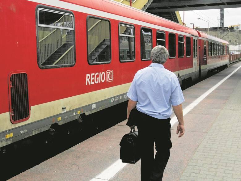 W tej chwili do Berlina oddalonego niespełna o 110 km (linia kolejowa) jedziemy ze Szczecina dwie godziny, w większości połączeń z przesiadkami w Angermünde.
