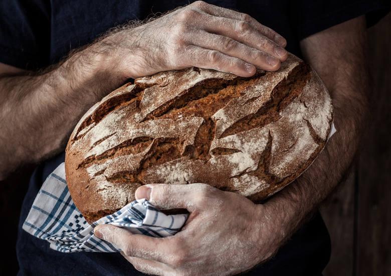 Jak zrobić chleb w domu? To wcale nie trudne – choć apetyt rośnie w miarę jedzenia i po przygotowaniu kilku łatwych bochenków ma się ochotę na więcej