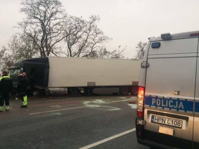 Ciężarówka zderzyła się z osobówką w Knybawie. Na drodze krajowej nr 22 tworzą się korki