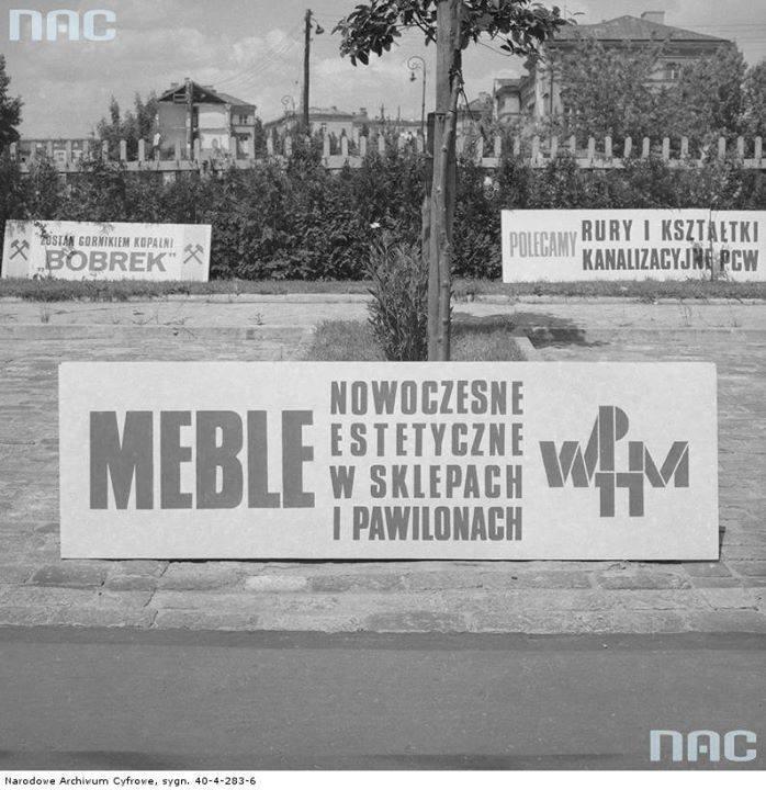 Baner reklamowy Wojewódzkiego Przedsiębiorstwa Handlu Meblami na trasie Wyścigu Pokoju