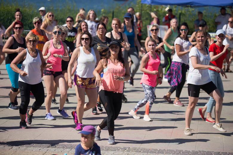 W niedzielę na scenie na usteckiej promenadzie odbył się III Charytatywny Maraton Zumba, połączony z obchodami 3. Urodzin stowarzyszenia Muszkieterowie