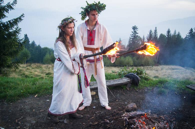 Młoda para jako goście honorowi mają prawo rozpalić Święty Ogień, w tym celu podpalają pochodnie.