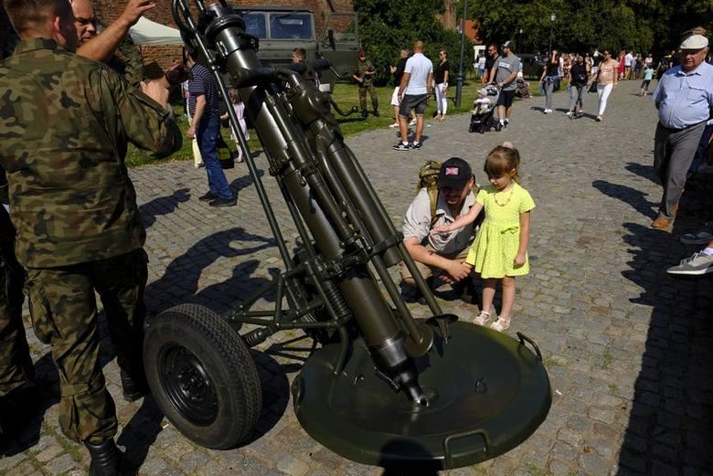 W południowej części Zamku Krzyżackiego w Toruniu odbył się piknik wojskowy. Atrakcje tj. pokazy historyczne czy oglądanie z bliska sprzętu wojskowego