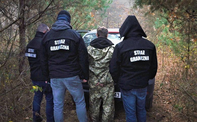 W okolicach Korczowej funkcjonariusze Straży Granicznej pełniący nocną służbę z wykorzystaniem kamer termowizyjnych zauważyli przelatującego przez granicę