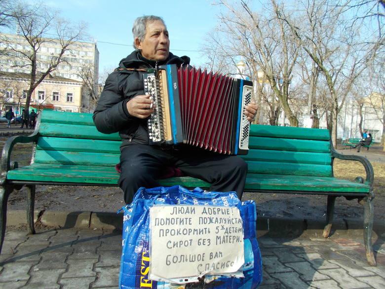 – Jak Polska przyjmie mnie i pięcioro dzieci, to mogę jechać do was od razu – zapewnia Sławko, który gra w parku w Odessie