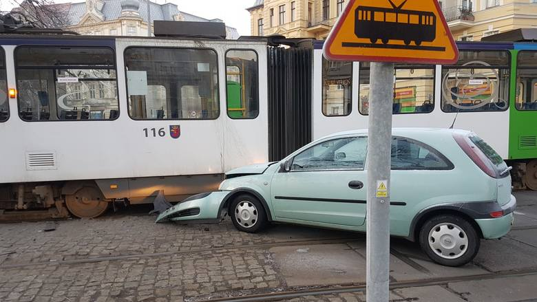 """Przejazd przez plac Grunwaldzki może być utrudniony. Samochód wjechał pod """"jedynkę"""". Zobacz także: Polscy kierowcy tracą przez korki"""