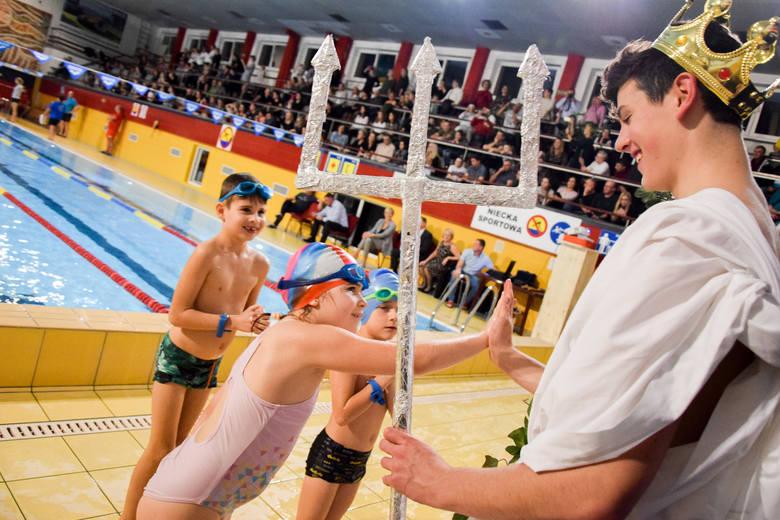 Pierwszoklasiści ze Szkoły Podstawowej nr 3 w Tarnobrzegu są już pełnoprawnymi uczniami. Wśród nich są także przyszli zawodnicy. PASOWANIE NA KOLEJNYCH
