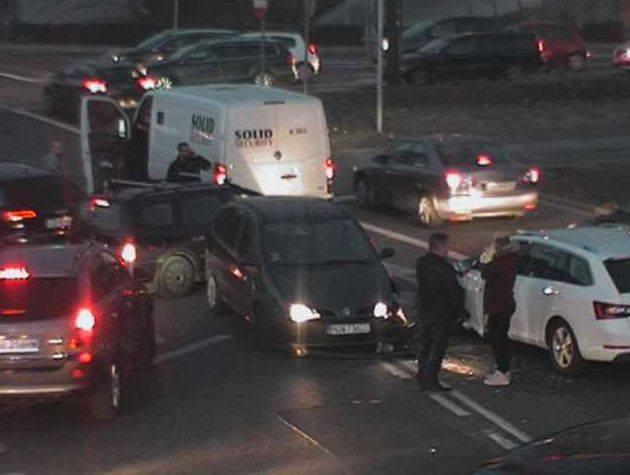Olbrzymie utrudnienia czekają w tej chwili kierowców, którzy zamierzają pokonać rondo Jagiellonów w centrum Bydgoszczy. Doszło tam do stłuczki czterech