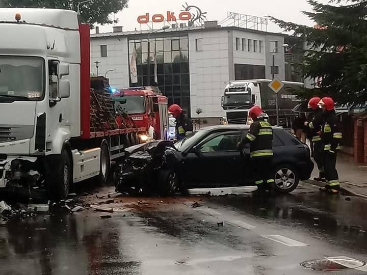 Wczoraj (9.07) na ulicy Lidzbarskiej w Brodnicy auto osobowe audi uderzyło w ciągnik siodłowy renault z naczepą przewożący drewniane palety. Straż informację
