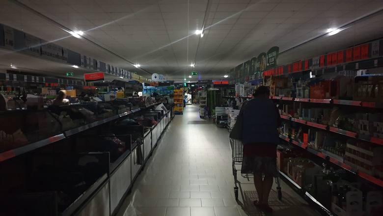 Awaria światła w Lidlu w Łodzi na al. Politechniki. Klienci sklepu przy Wróblewskiego musieli wyszukiwać promocji w świetle latarek. Zakupy były możliwe