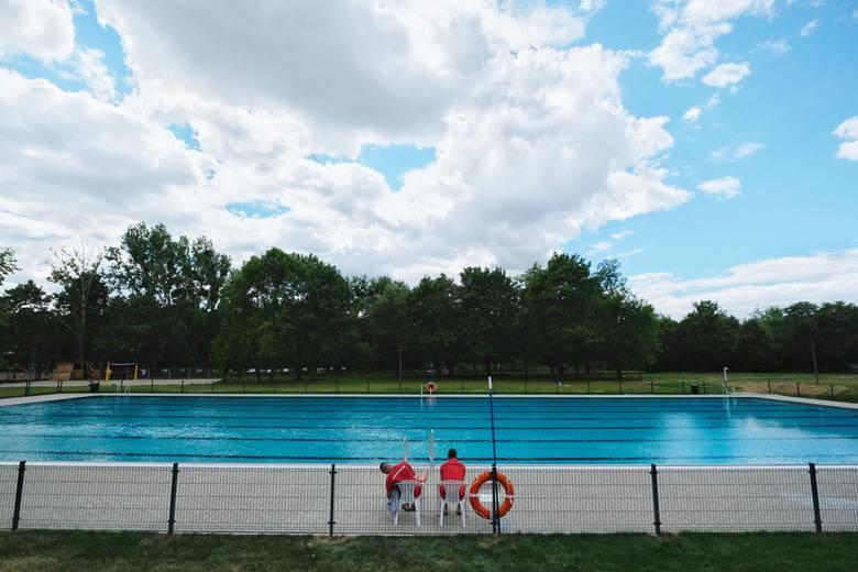 """Zgodnie z nową koncepcją obiekt powstanie w miejscu, gdzie obecnie znajduje się budynek byłego basenu """"Olimpia"""", przeznaczony do rozbiórki z uwagi na"""