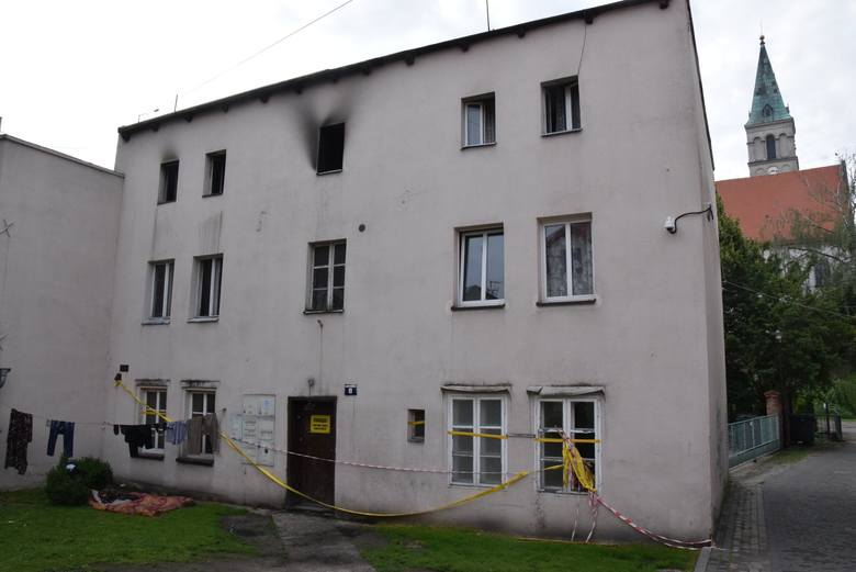 Kamienica socjalna przy Małym Przedmieściu w Oleśnie po pożarze.