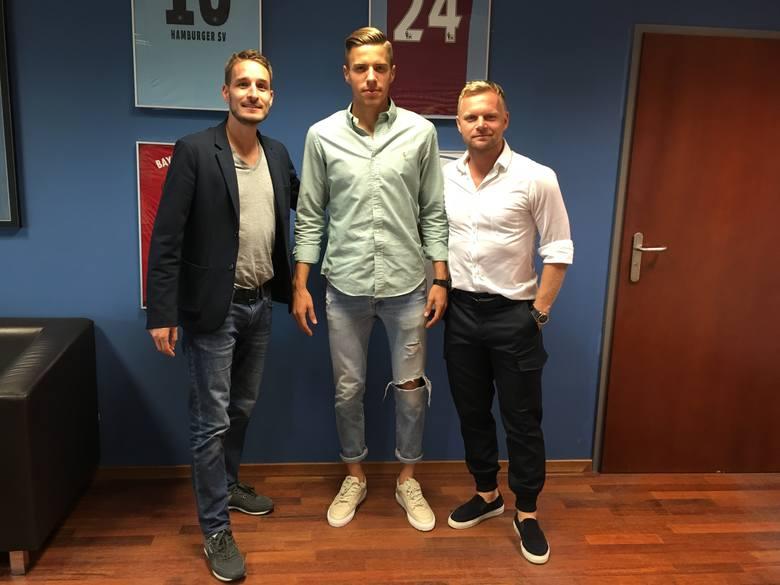 Od lewej: wiceprezes Lecha, Piotr Rutkowski, obrońca Jan Bednarek, właściciel Fabryki Futbolu, Tomasz Magdziarz