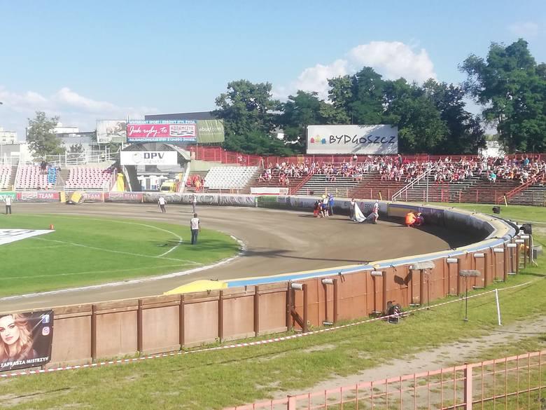 Karambol podczas 8. wyścigu. Na torze leżeli Brzozowski, Orwat i Nowak.