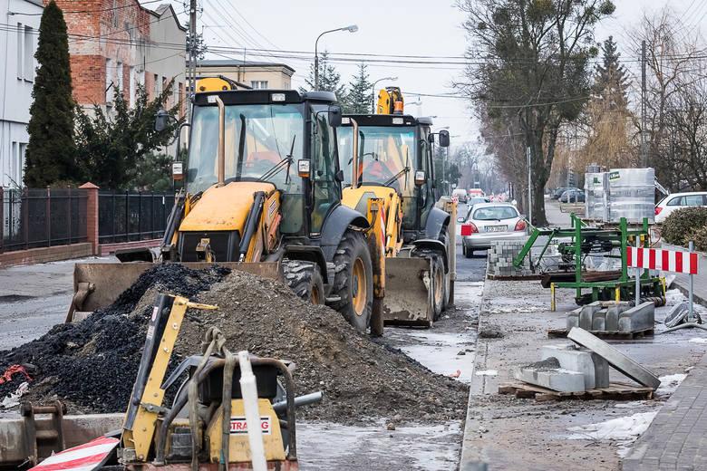 Mieszkańcy są zdziwieni, że prace zawieszono ze względu na pogodę. - W innych miejscach miasta budowniczowie pracują. Wiadukt na Wojska Polskiego już
