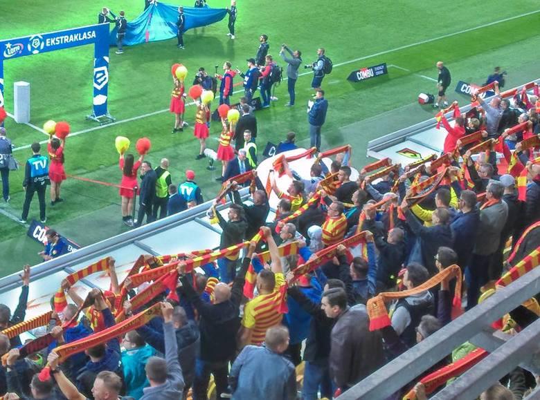 Do groźnej sytuacji doszło podczas meczu Jagiellonia Białystok - Cracovia. Na trybunach stadionu jeden z kibiców zasłabł, potrzebna była reanimacja.