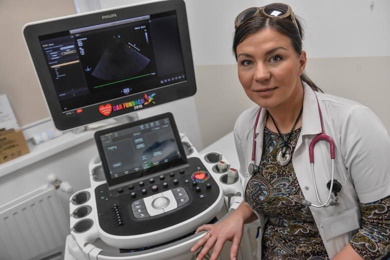 Większość aparatury na oddziale kardiochirurgii dziecięcej  trafiła tu dzięki WOŚP. Dr Anna Romanowicz-Sołtyszewska przy aparacie do echokardiografii, zakupionym w 2016 roku