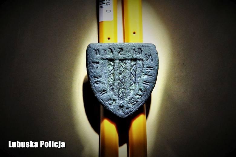 Na XIV-wieczne skarby ukryte pod ziemią natrafił st. asp. Daniel Wawrzyniak, technik kryminalistyki z Komendy Powiatowej Policji w Strzelcach Krajeńskich.