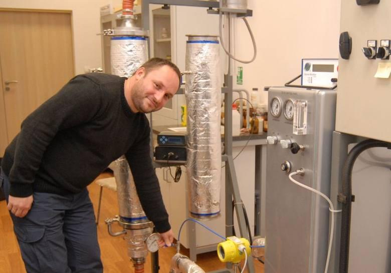 Wynalazek rzeszowskiego naukowca wykorzysta przemysłRzeszowski wynalazca, dr. M. Balawejder przy swym rewelacyjnym urządzeniu.