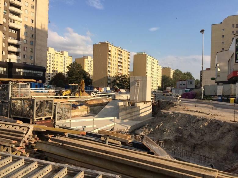 Dziś stacje są już praktycznie na ukończeniu. Położono torowisko, a obecnie montowane są posadzki, podwieszane sufity oraz ściany zatorowe. Stacja będzie