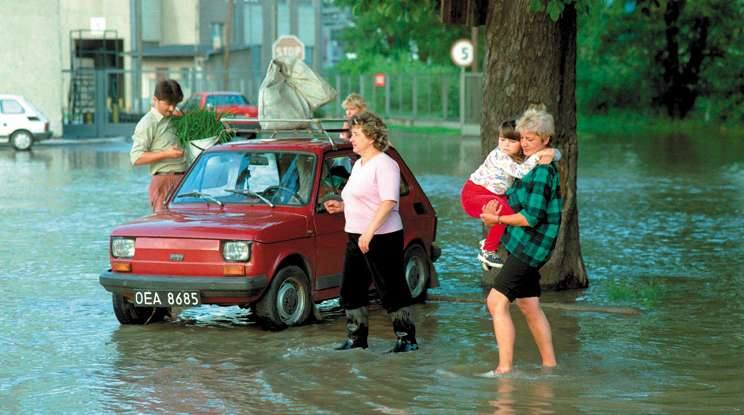Brzeg, 9 lipca 2007. Sąsiadujące z Odrą place i ulice zostały podtopione. W pierwszej kolejności woda wdarła się na ul. Grobli zmuszając mieszkających tam brzeżan do ewakuacji.
