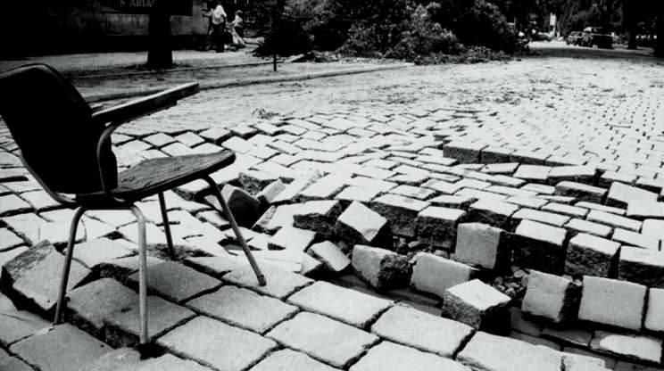 Opole 1997. Ulica Ściegiennego w Opolu. Zniszczona nawierzchnia ulicy daje wyobrażenie o sile, z jaką woda płynęła przez tę cześć miasta. Porozrzucane sprzęty domowe długo jeszcze można było oglądać na ulicach i chodnikach.