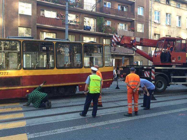 Wykolejenie tramwaju przy Żwirki! Tramwaje w kierunku Dąbrowy nie jeżdżą [zdjęcia]