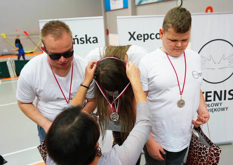 Mateusz i Klaudia odbiorą za chwilę srebrny medal mistrzostw Polski w tenisie stołowym dźwiękowym w grze deblowej.
