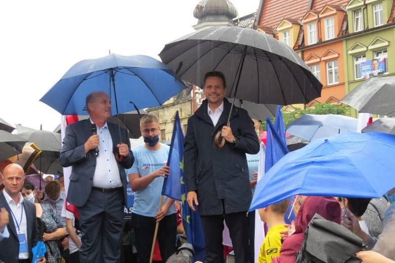 Burmistrz Brodnicy - Jarosław Radacz i kandydat na prezydenta - Rafał Trzaskowski spotkali się z mieszkańcami na Dużym Rynku w Brodnicy.