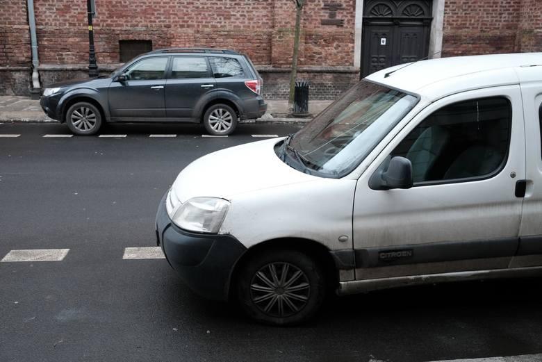 ZDM zanotowało także przypadki przedkładania fikcyjnych umów sprzedaży samochodu – w tym nawet sprzedaży tego samego pojazdu co trzy miesiące innej osobie zamieszkałej na terenie SPP.<br /> <br /> <strong>Zobacz kolejny slajd ----></strong><br />