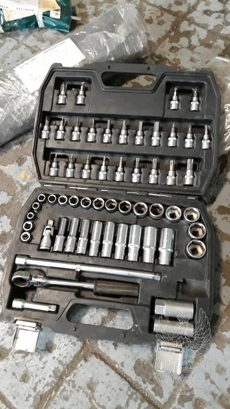 Pakiet zawierający 53 pozycje asortymentu (wg oddzielnego wykazu), w tym m.in.: migomat, prasa zębatkowa, spawarka transformatorowa, zestawy kluczy itp.-