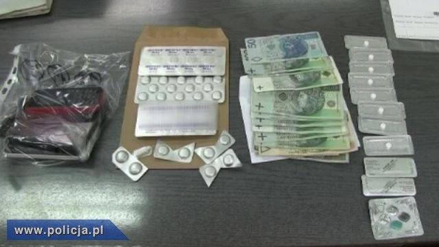 Podczas przeszukania sprawców, jak i należącego do nich samochodu policjanci odnaleźli leki wczesnoporonne.