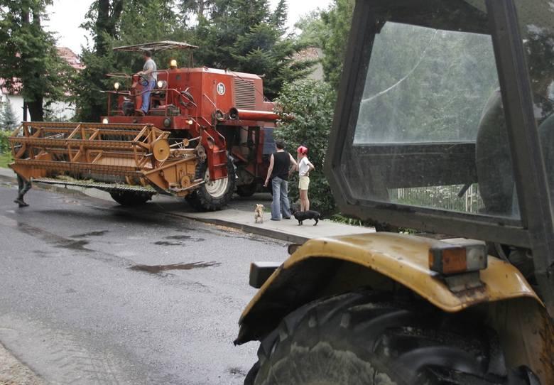 Każdy rolnik poruszający się kombajnem po drodze publicznej, zobowiązany jest do zdemontowania hedera i przetransportowania go na specjalnym wózku.