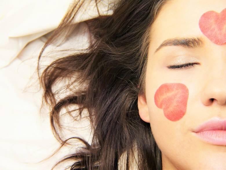 Skórę wrażliwą ma każdy z nas. Stres, różnica temperatur, wysiłek fizyczny czy pikantne jedzenie sprawia, że na na naszych policzkach i dekolcie pojawiają