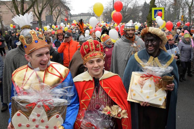 Ulicami Inowrocławia przeszedł Orszak Trzech Króli. Wszystko rozpoczęło się na skwerze Jana Pawła II, gdzie uczestnicy orszaku otrzymali korony i balony