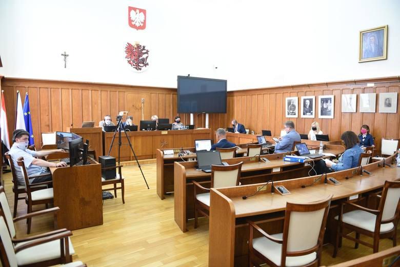 Wysokość diet radnych województwa reguluje uchwała nr II/71/18 Sejmiku Województwa Kujawsko-Pomorskiego z dnia 17 grudnia 2018 r. w sprawie ustalenia