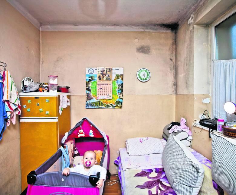 Roczna Emuśka, wnuczka Izy ma łóżeczko w pokoju z grzybem.