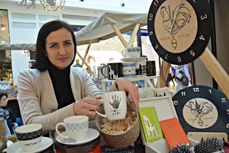 Kinga Witkowska-Mirosław nie tylko sprzedaje pamiątki, ale też przybliża klientom historię Lublina<br />
