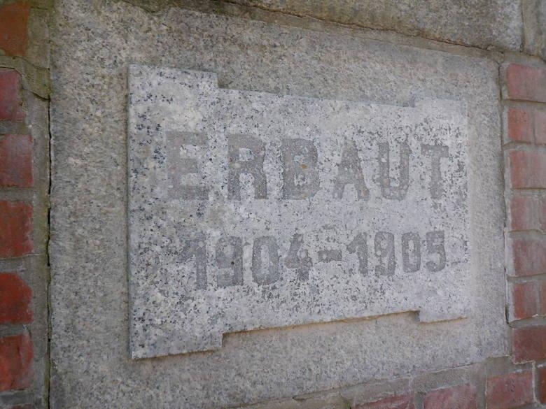 Oryginalna tablica z czasów pruskich, na której utrwalono daty budowy jazu Czersko Polskie. Tablica znajduje się na zewnętrznej ścianie fundamentów lewego
