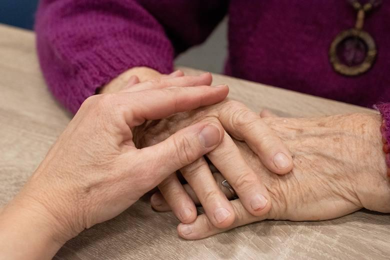 Ręce to część ciała, które są najbardziej eksploatowane, przez co najszybciej widać na nich oznaki starzenia się. Wraz z wiekiem tracą swoją elastyczność