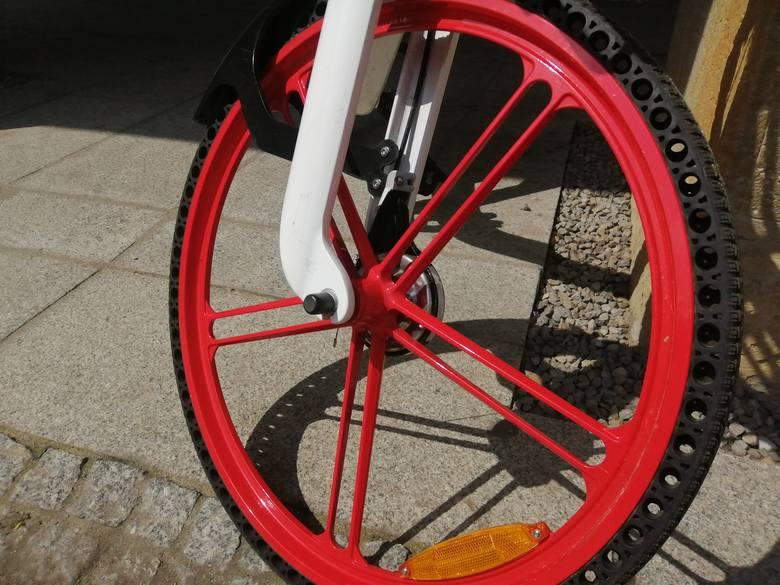 W Rzeszowie można znowu korzystać z miejskiej wypożyczalni rowerów i skuterów. Tegoroczną nowością są elektryczne hulajnogi.<br /> <br /> Pojazdy dostarczyło konsorcjum firm działające pod szyldem marki Blinkee. <br /> <br /> - Zaoferowaliśmy miastu 3 typy pojazdów: 20 skuterów, 80 rowerów i...