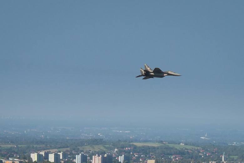 Piękna pogoda towarzyszy Międzynarodowemu Piknikowi Lotniczemu w Bielsku-Białej. Tłumy widzów biorą udział w pokazach lotniczych na lotnisku w Aleksandrowicach.