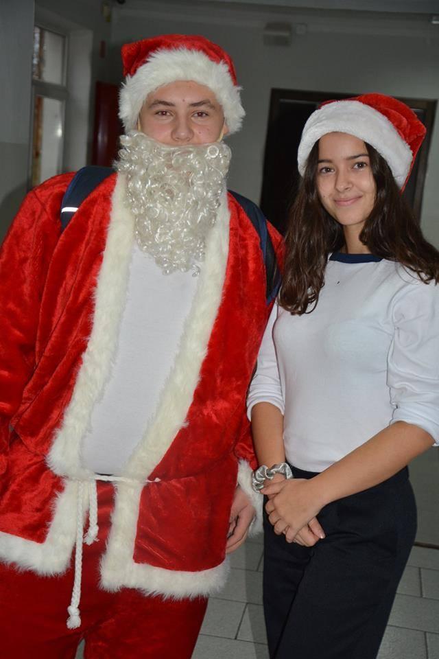 Z okazji Mikołajek w Zespole Szkół Morskich w Darłowie pojawił się Święty Mikołaj. Uczniowie otrzymali cukierki. Przedświąteczny nastrój udzielił się