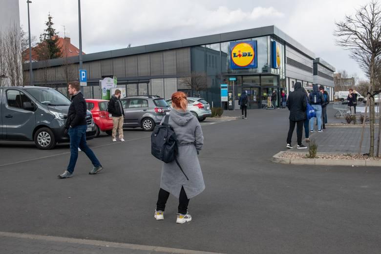 Aby zrobić zakupy w Lidlu, Biedronce, czy innym markecie, trzeba odstać w kolejce. Czasami nawet kilkadziesiąt minut. Dzięki narzędziu od Tiendeo będzie