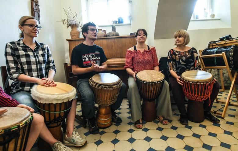 """W Pałacu w Ostromecku odbyły się warsztaty gry na zachodnioafrykańskich bębnach djembe i dun-dun. Zajęcia """"Djembe na salonach"""" poprowadził"""