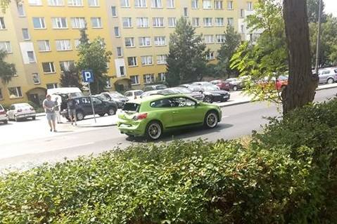 Do kolizji dwóch aut doszło we wtorek po godzinie 14 na ulicy Łyskowskiego w Toruniu. W tył volkswagena skręcającego na parking uderzyła dacia. Prowadzący