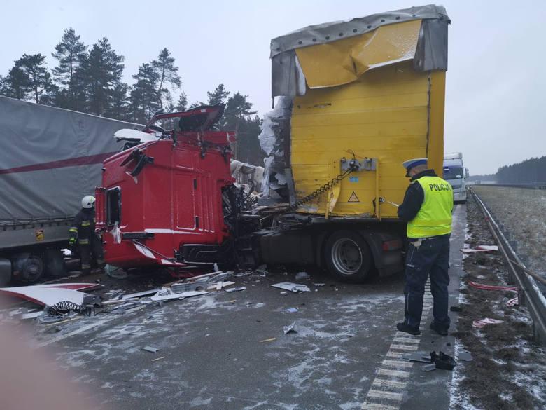 Na A1 zderzyły się dwie ciężarówki. Trasa jest zablokowanaZobaczkolejnezdjęcia. Przesuwajzdjęcia w prawo - naciśnij strzałkę lub przycisk NASTĘPN