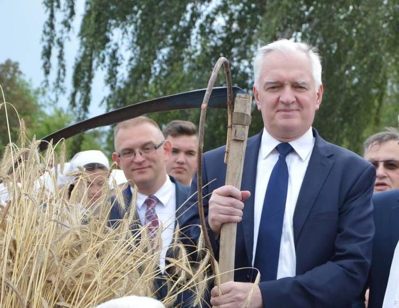 W miniony weekend politycy PiS byli na trzech piknikach w województwie łódzkim. Na zdjęciu wicepremier Jarosław Gowin na imprezie plenerowej w Maurzycach